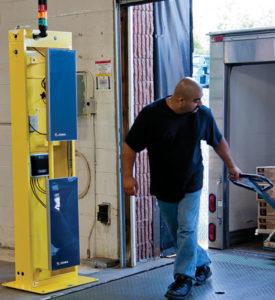ゲートに設置されたRFIDリーダライタとアンテナで荷物のタグを自動スキャン