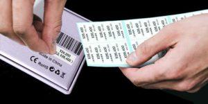 商品の値札ラベルやタグ(下げ札)の本体価格表示のうえから貼りなおすイメージ