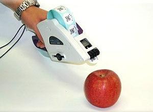 菜果ラベルをオーダーでプレ印刷・貼付機で貼るイメージ