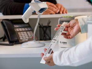 ZD510-HCは病院の受付でも設置できるコンパクトさと簡単なリストバンド印刷