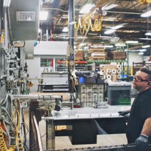 製造では工程管理や在庫管理にRFIDタグが活用されている